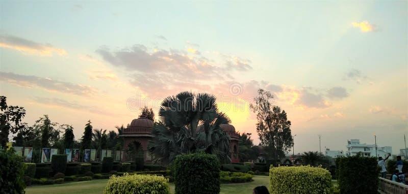 La puesta del sol en el jard?n imagen de archivo libre de regalías