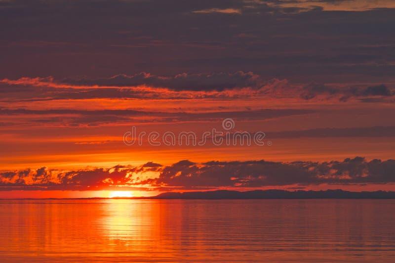 La puesta del sol en el lago Baikal en verano imagen de archivo