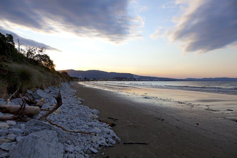 La puesta del sol en el Marlborough suena Nueva Zelanda fotos de archivo