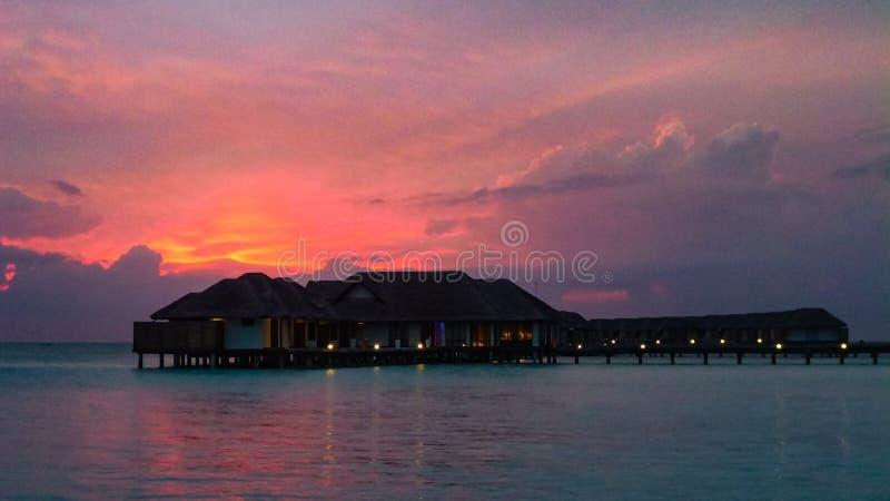 La puesta del sol en la isla de Maldivas, chalets del agua recurre imagen de archivo libre de regalías
