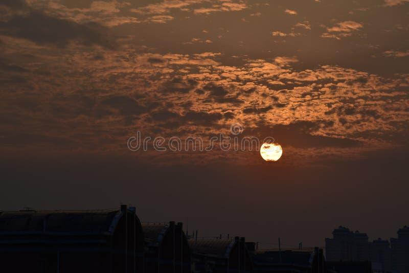 La puesta del sol en las nubes imagen de archivo libre de regalías