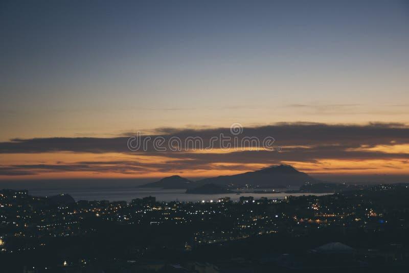 La puesta del sol en Nápoles, sobre nosotros fotos de archivo