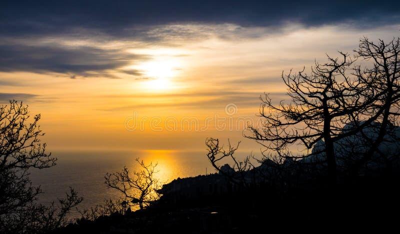 La puesta del sol en la naturaleza fotografía de archivo