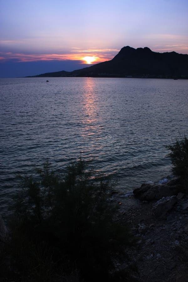 La puesta del sol en Omis, Croacia imagen de archivo