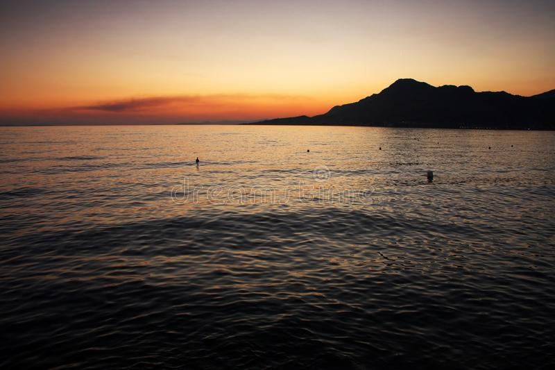 La puesta del sol en Omis, Croacia fotografía de archivo libre de regalías