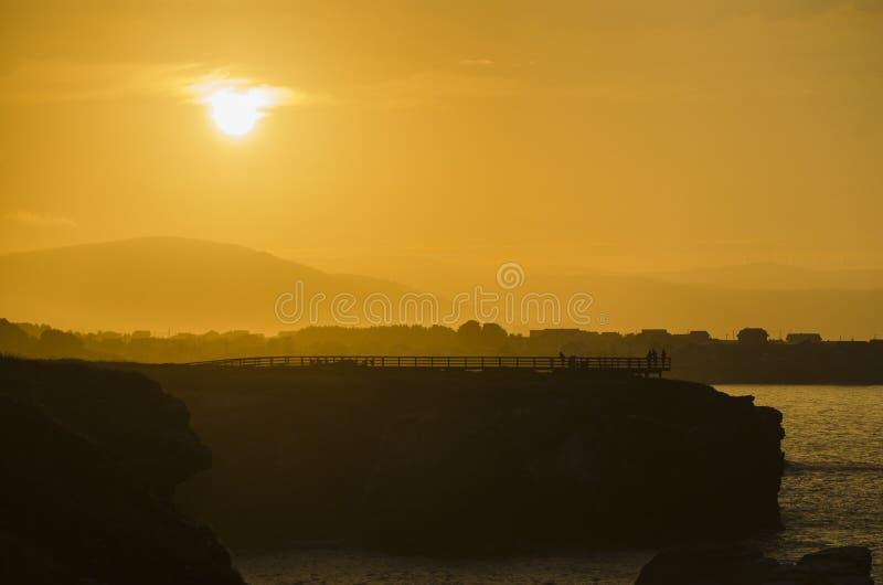 La puesta del sol en la playa de las catedrales vara foto de archivo