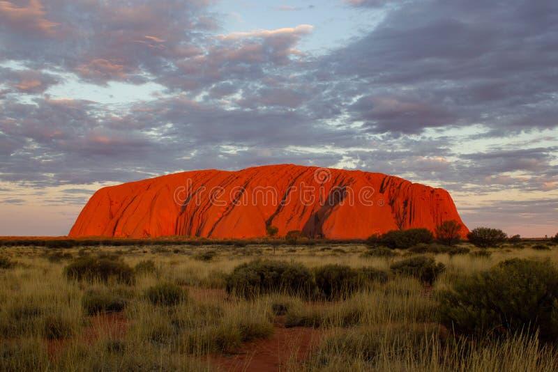 La puesta del sol en Uluru, ayers oscila, el centro rojo de Australia, Australia fotografía de archivo libre de regalías