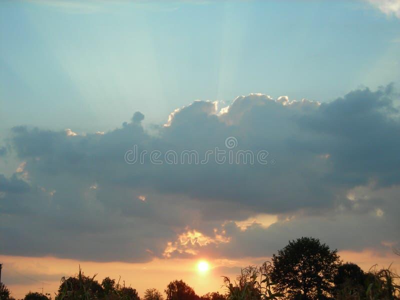 La puesta del sol es mágica imagenes de archivo