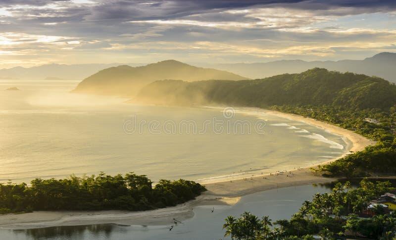 La puesta del sol espectacular en el Barra hace la playa de Una en la costa del imagenes de archivo