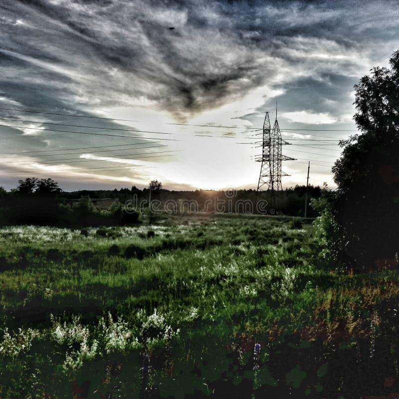 la puesta del sol está en el campo fotos de archivo