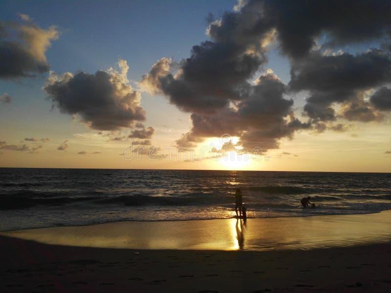 La puesta del sol está en el mar fotografía de archivo