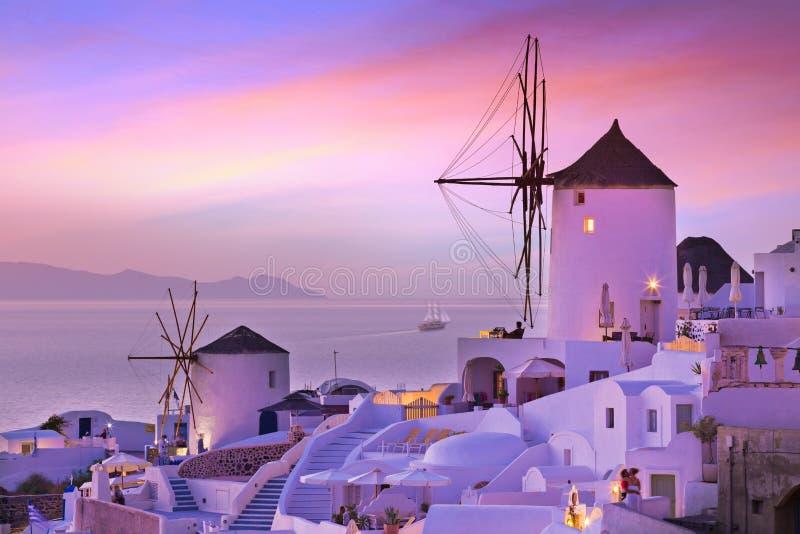 La puesta del sol famosa en Santorini en el pueblo de Oia imagen de archivo