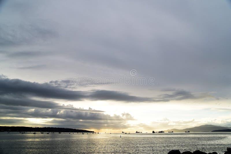 La puesta del sol hermosa en la bahía inglesa Vancouver imagen de archivo libre de regalías