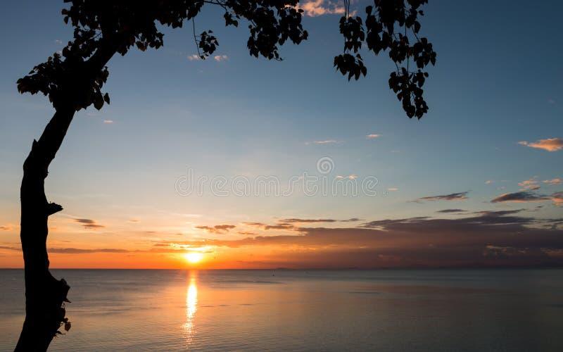 La puesta del sol hermosa en el invierno imagen de archivo