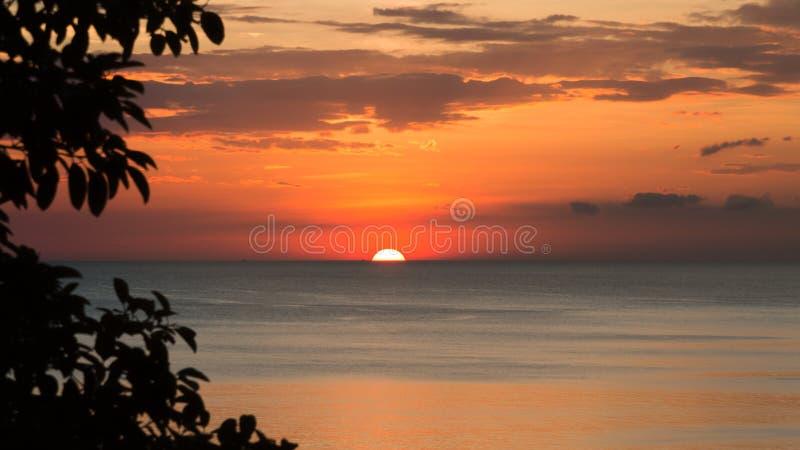 La puesta del sol hermosa en el invierno imagenes de archivo