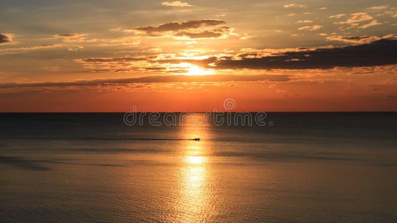 La puesta del sol hermosa en el invierno fotos de archivo