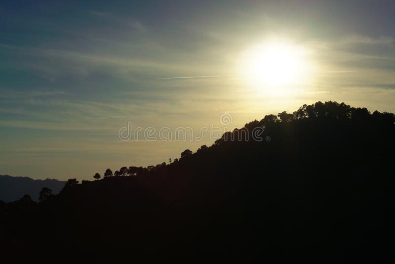 La puesta del sol hermosa en las montañas hace excursionismo fotos de archivo libres de regalías