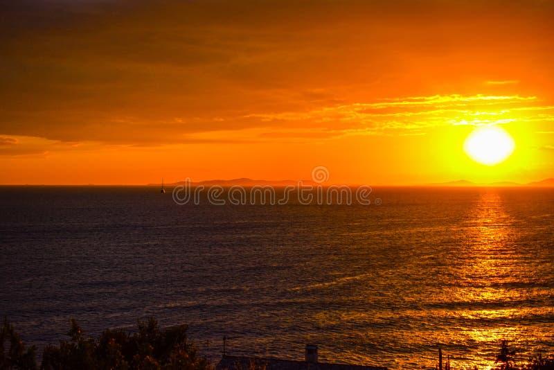 La puesta del sol hermosa en primosten la playa, Croacia imagenes de archivo
