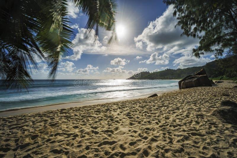 La puesta del sol hermosa, playa tropical del paraíso, granito oscila, seychell foto de archivo libre de regalías