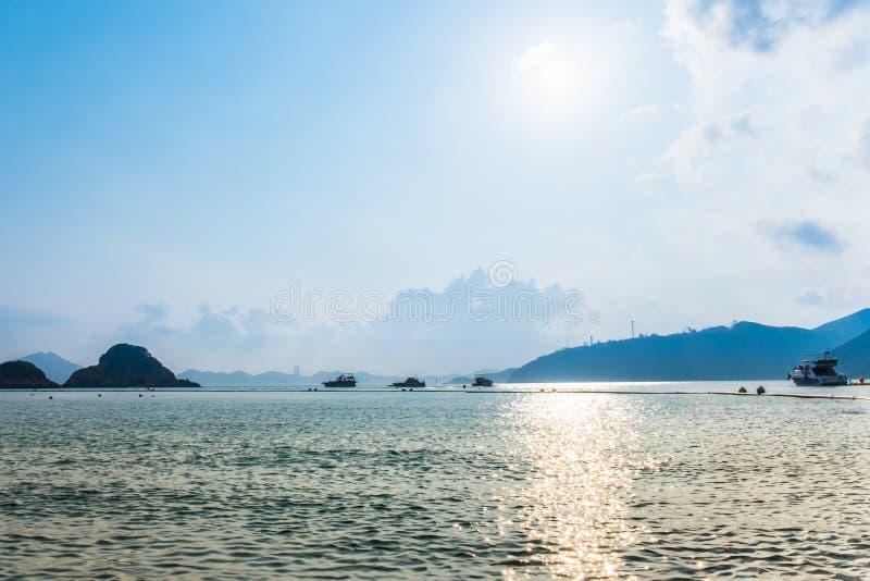 La puesta del sol hermosa sobre el mar con las siluetas de los barcos de placer y las islas en horizonte alinean Camino de oro de foto de archivo libre de regalías