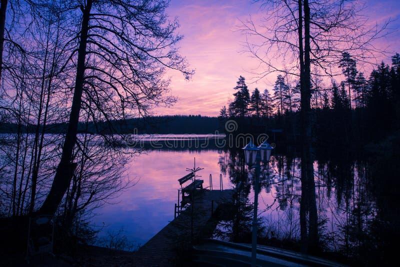 La puesta del sol hermosa y el cielo de la tarde con las nubes y puesta del sol reflejaron en el lago para el fondo Paisaje del c imagen de archivo