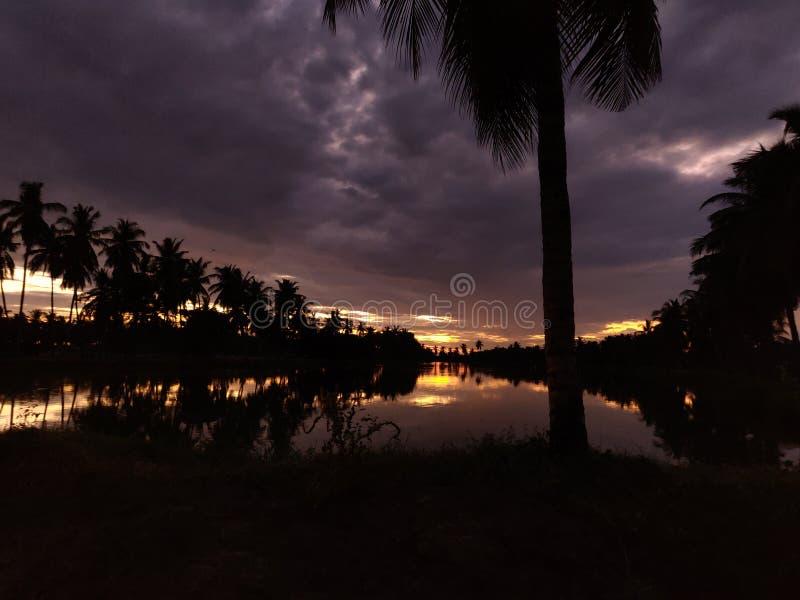 La puesta del sol india del clima del pueblo con el natur de las nubes ama a Bhimavaram Andhra Pradesh foto de archivo libre de regalías
