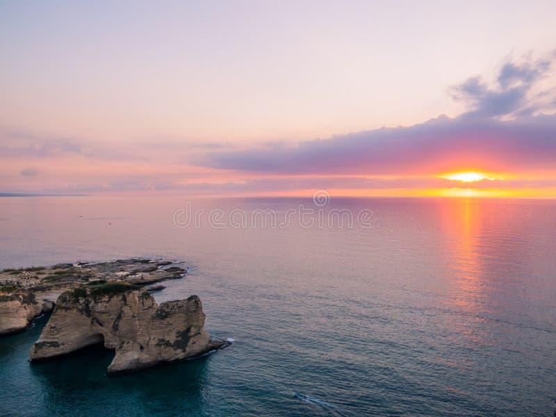 La puesta del sol mágica en Raouche, palomas oscila En Beirut, Líbano imagen de archivo