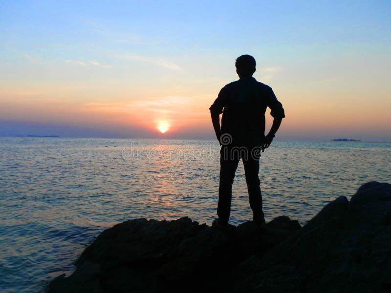 La puesta del sol del mar de Indonesia foto de archivo libre de regalías