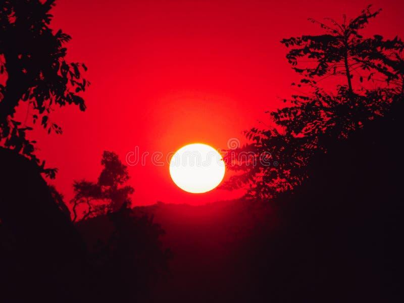 La puesta del sol oscura foto de archivo