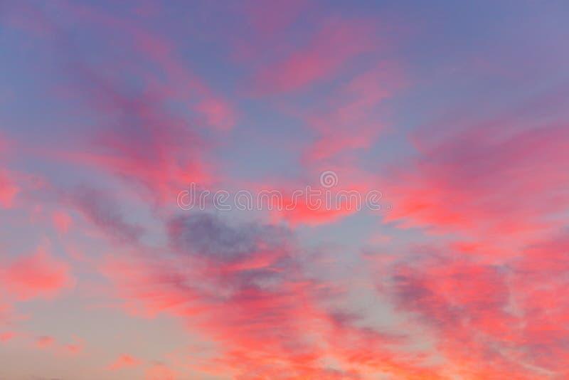 La puesta del sol púrpura rosada se nubla en un cielo azul Fondo del extracto de Colorfull fotografía de archivo libre de regalías