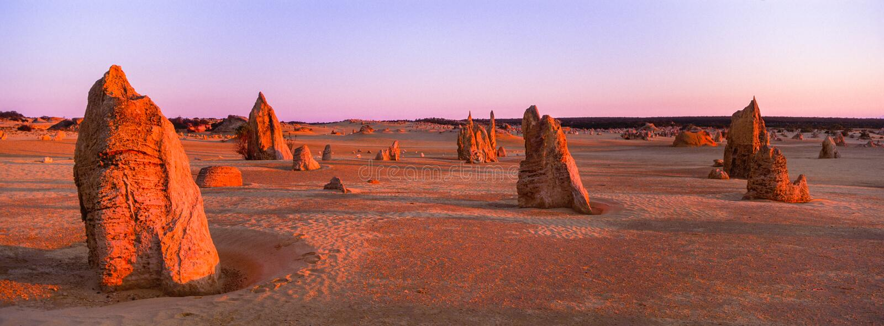 La puesta del sol panorámica de XPan sobre los pináculos resistió a pilares de la piedra caliza cerca de Cervantes, Australia occ imágenes de archivo libres de regalías