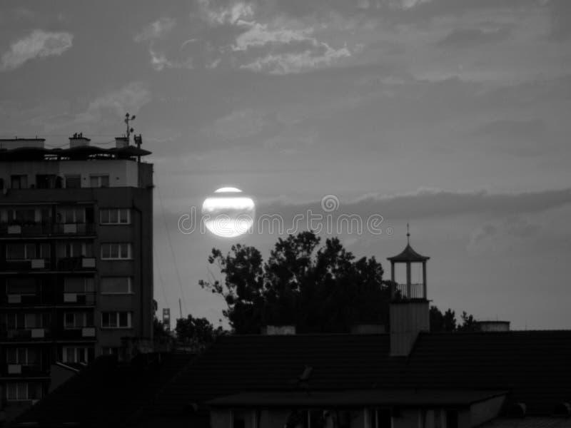 La puesta del sol que parece la luna del ajuste fotos de archivo libres de regalías