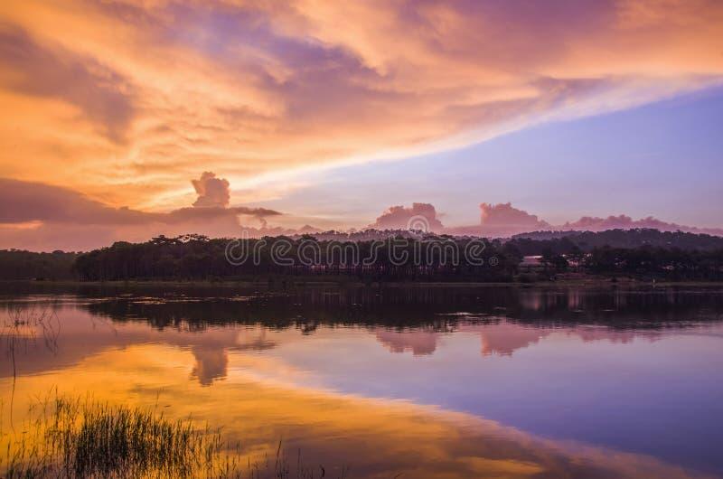 La puesta del sol refleja en el lago fotografía de archivo libre de regalías