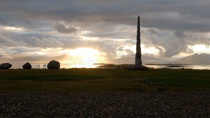 La puesta del sol sobre la bahía cerca de Hofn foto de archivo