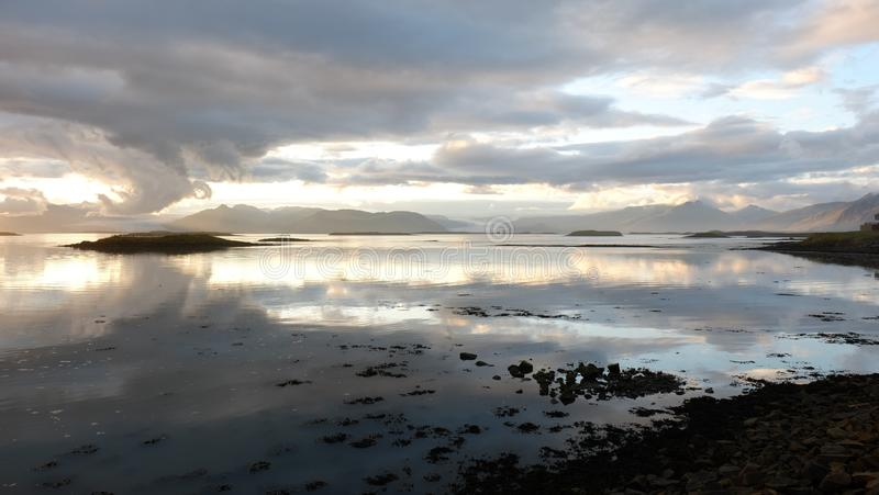 La puesta del sol sobre la bahía cerca de Hofn fotografía de archivo
