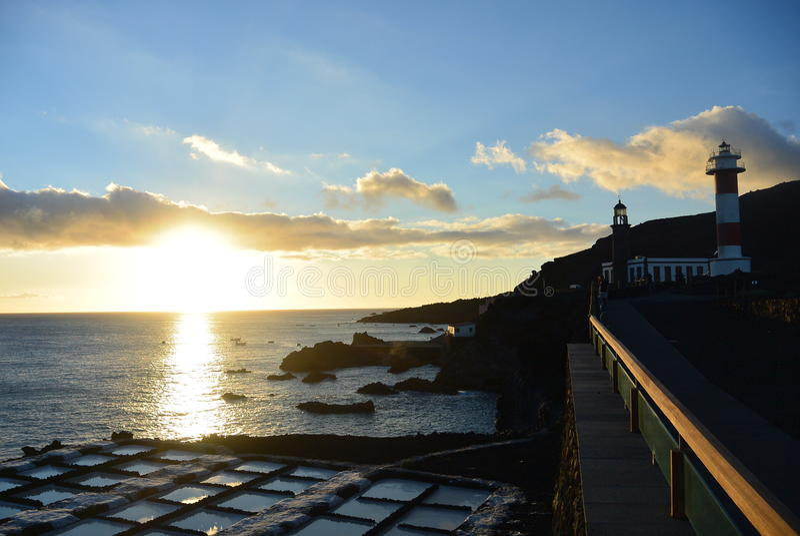 La puesta del sol sobre el faro y la sal coloca un La Palma foto de archivo libre de regalías