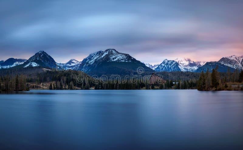 La puesta del sol sobre el lago glacial nombró Strbske Pleso en el parque nacional H foto de archivo