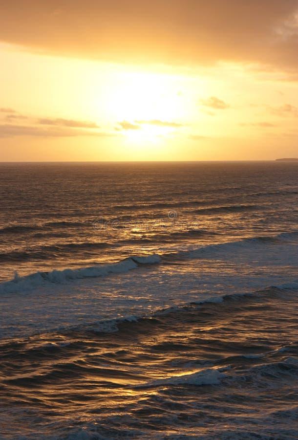 La puesta del sol sobre el mar en los doce apóstoles en el gran camino del océano en Australia imagenes de archivo