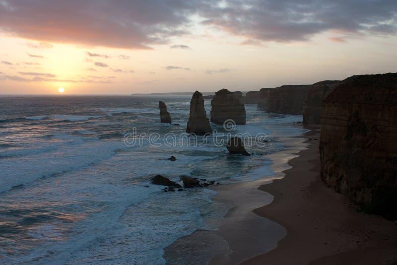 La puesta del sol sobre los doce apóstoles en el gran camino del océano en Australia fotografía de archivo libre de regalías