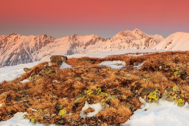 La puesta del sol y el invierno coloridos fantásticos ajardinan en las montañas fotografía de archivo libre de regalías