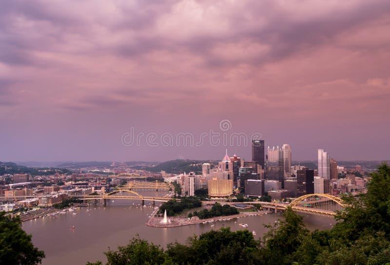 La puesta del sol y el paisaje urbano de Pittsburgh de Mt Washington pasan por alto imagen de archivo libre de regalías