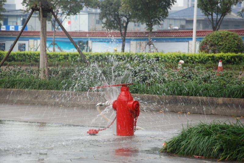 La puissance de feu est ouverte et les fontains de l'eau sur la route photos libres de droits