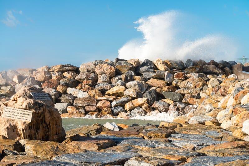 La puissance de la mer ondule sur la côte photos stock