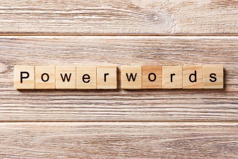 La PUISSANCE EXPRIME le mot écrit sur le bloc en bois La PUISSANCE EXPRIME le texte sur la table, concept photographie stock libre de droits