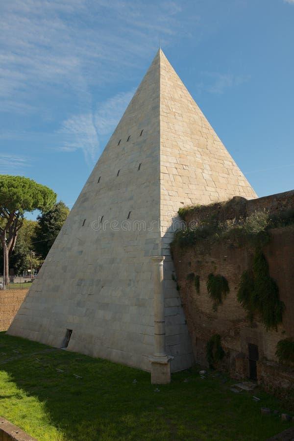 La pyramide de Cestius à Rome images stock