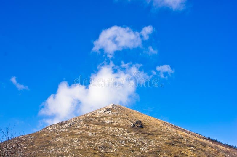 La pyramide a formé la montagne Rtanj un jour ensoleillé image stock