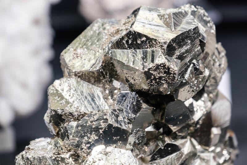 La pyrite de sphalérite dupe brillant en pierre d'or photos stock
