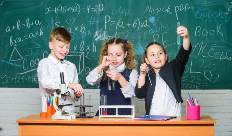 La química orgánica es estudio de los compuestos que contienen el carbono Reacciones químicas básicas Química fascinante Escuela  fotos de archivo