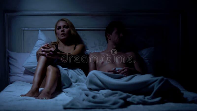 La querelle, couple se reposant sur le lit et ayant le conflit, crise de relations, se cassent  images libres de droits