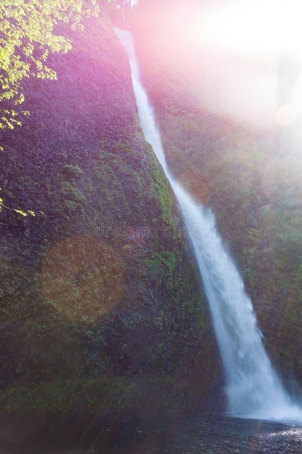 La queue de cheval tombe… une des nombreuses belles cascades en gorge de Colombie images libres de droits